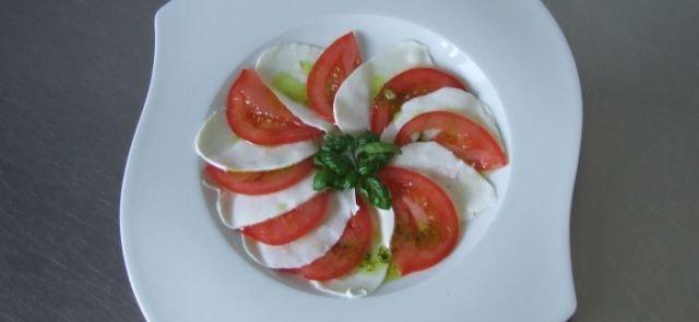 Mozarella z oliwą, pomidorem i bazylią