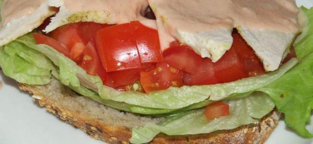 Bułka pełnoziarnista z czosnkową piersią z kurczaka, pomidorem i sałatą lodową