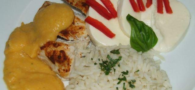 Gotowana na parze pierś z kurczaka z kremem warzywnym i mozzarellą