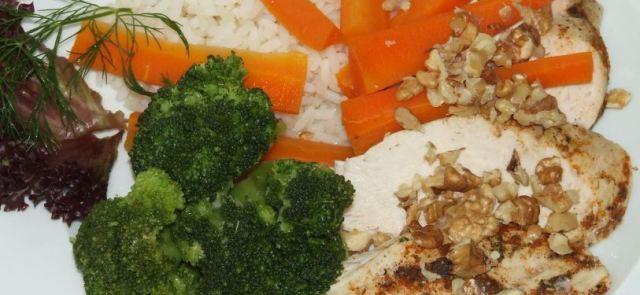 Gotowana na parze pierś z kurczaka z ryżem, orzechami i brokułami