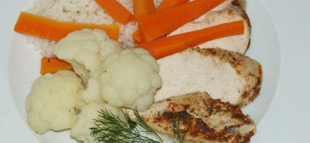 Gotowana na parze pierś z kurczaka z ryżem, marchewką i kalafiorem