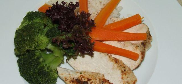 Gotowana na parze pierś z kurczaka z ryżem i brokułami