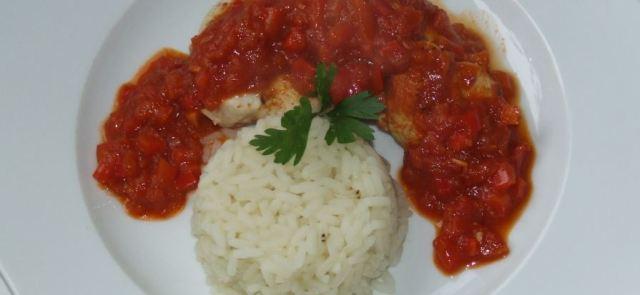 Aromatyczna pierś z kurczaka z sosem pomidorowo-paprykowym