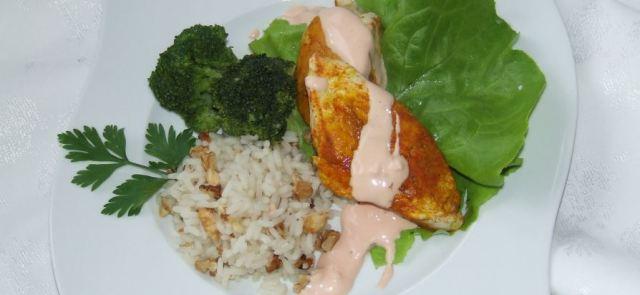 Aromatyczna pierś z kurczaka z orzechami, ryżem i brokułami