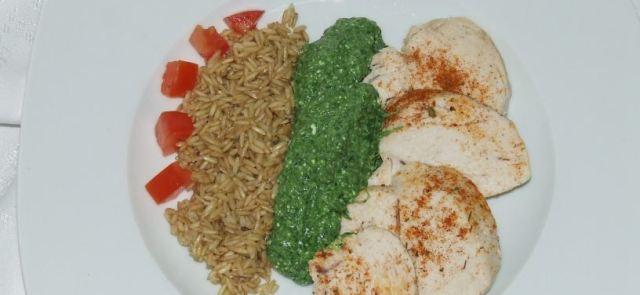 Aromatyczna pierś z kurczaka z brązowym ryżem i dipem szpinakowym
