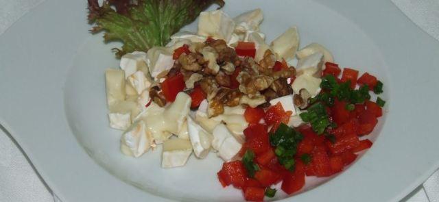 Niskowęglowodanowa sałatka z camembertem, orzechami i papryką