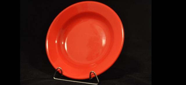 Potrawy podawane na czerwonym talerzu są bardziej sycące