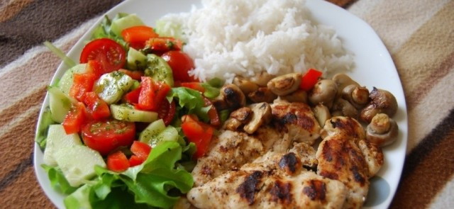 Czy pierś z kurczaka z ryżem to obowiązkowa pozycja w diecie ukierunkowanej na przyrost masy ciała?