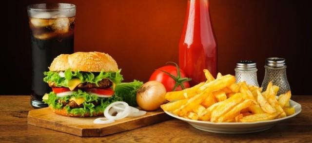 Hamburger i frytki z colą jako posiłek potreningowy
