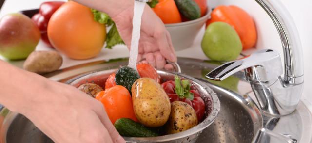Warzywa i owoce, jak usunąć z nich pestycydy