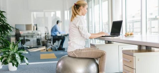 Piłka fitnessowa w biurze - czy jest alternatywą dla krzesła?