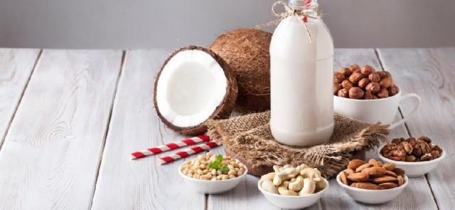Czym kierować się wybierając mleko roślinne?