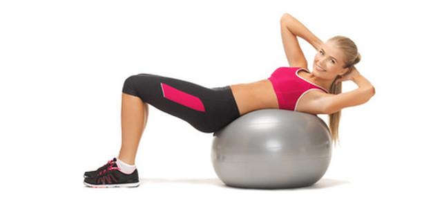 Trening mięśni brzucha - piłka gimnastyczna czy maszyny?