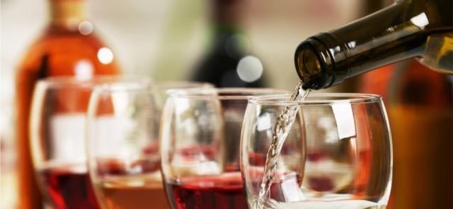 Czy wino tuczy? Czy na diecie można pić wino? Ile kalorii ma wino, piwo i wódka?