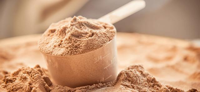 """Białko """"na masę"""" czy """"na rzeźbę""""? Jakie jest przeznaczenie odżywek proteinowych?"""
