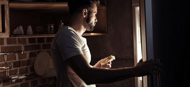 Czy jedzenie wieczorem i w nocy zwiększa ryzyko przyrostu tkanki tłuszczowej?