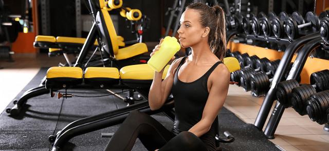 Tych suplementów i odżywek nigdy nie bierz po treningu siłowym