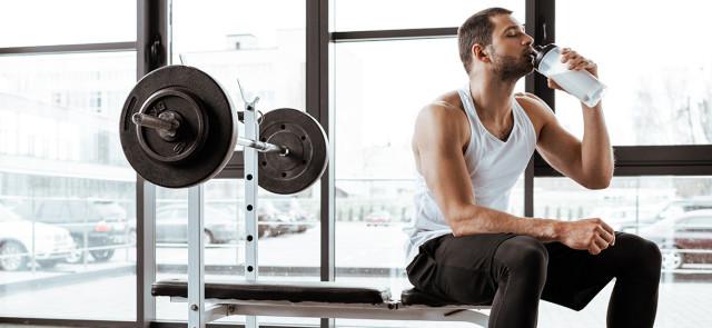 Co lepiej i szybciej regeneruje mięśnie po treningu - węglowodany czy białko?