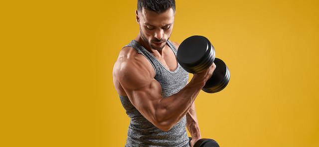 Jak trenować biceps i triceps? 6 ćwiczeń na wielkie ramiona