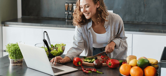 Proste sałatki i surówki warzywne - kilka banalnie łatwych przepisów wartych wypróbowania