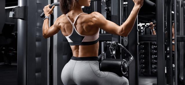 Damski trening siłowy - kobieta na siłowni
