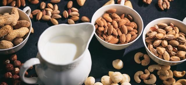 Mleko orzechowe — zrób to sam! Jak zrobić mleko orzechowe?