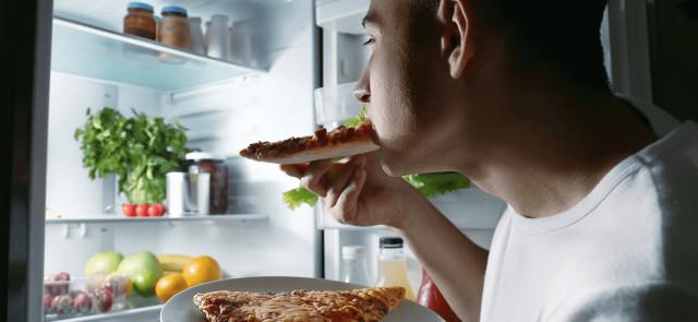 Wieczorne napady głodu – z czego wynikają i jak sobie z nimi radzić?