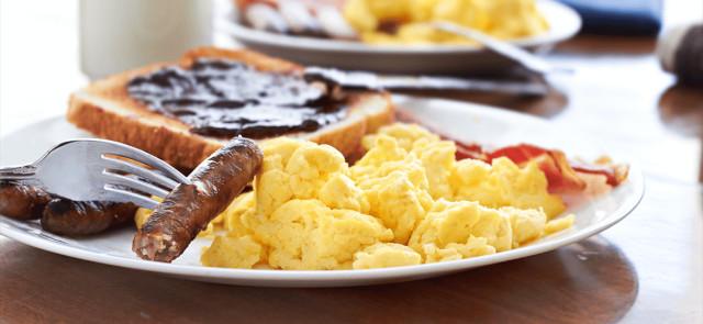 Czy obfite śniadanie pomaga schudnąć?