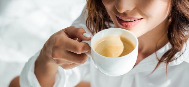 Czy poranna kawa po nieprzespanej nocy to dobry pomysł?